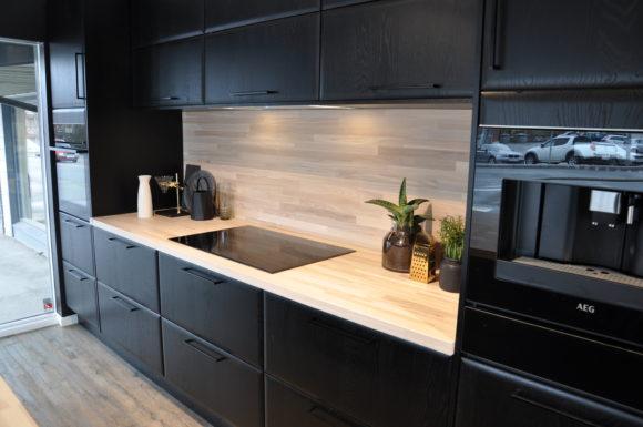hvitt kjøkken med mørk benkeplate